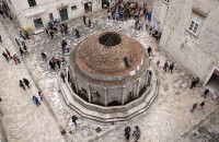 La place Saint-Sauveur et sa fontaine